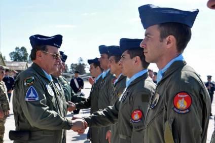 El JEMGFAA saluda a los oficiales que efectuaron su vuelo solo. (Foto: Esteban Brea)