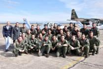 Foto grupal de los oficiales cursantes del CBCAM junto a Mario y José Cardama, titulares de la firma Aerotec. (Foto: Mauricio Chiofalo)