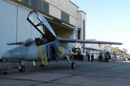 Los dos IA-63 Pampa II-40 desplegados por el Grupo 6 de Caza frente al hangar del Escuadrón II. (Foto: Martín Kubo)