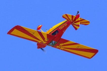 El Champion 8KCAB de Christian Villena sobrevolando Curacaví en vuelo invertido (foto: Carlos Ay).