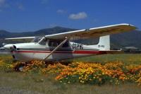 Para la colección: Cessna 172 CC-PHC estacionado en la línea de vuelo con una floreada perspectiva de las montañas (foto: Carlos Ay).