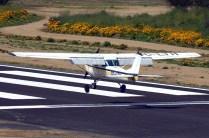 Aunque no participó del festival aéreo, el Cessna 150 CC-LTH del Club Aéreo Arturo Merino fue fotografiado aterrizando en la flamante pista 10 de Curacaví durante la mañana del domingo (foto: Carlos Ay).