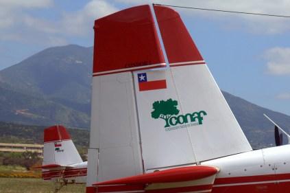 """Los Air Tractors de CONAF, fotografiados en la línea de vuelo, lucían apodos """"Cóndor 2"""" y """"Cóndor 3"""" (foto: Carlos Ay)."""