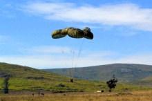 Pertrechos lanzados por un C-130B Hercules de la Fuerza Aérea llegan a tierra en medio de un curso de comandos del Ejército (foto: Ejército Uruguayo).