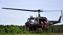 Un UH-1H Huey se apresta a lanzar dos alumnos del curso de cazadores de monte que se realizó en la Provincia de Misiones (foto: Ejército Argentino).