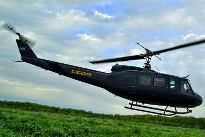 Tropas del Regimiento de Granaderos a Caballos experimentando la sensación de volar en un UH-1H Huey (foto: Ejército Argentino).