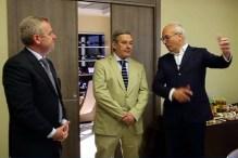 En las oficinas de Heli World (de izquierda a derecha): Fausto Bassetta, alcalde de Anagni, Tomás Ferrari, embajador argentino en Roma, y Domenico Beccidelli, administrador de Heli World (vídeo captura: TG24).