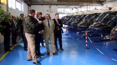 El general de brigada JuanGettig, el embajador Tomás Ferrari y el administrador de Heli World, Domenico Beccidelli, conversando en el hangar donde se entregaron los AB-206 italianos al gobierno argentino (vídeo captura: TG24).