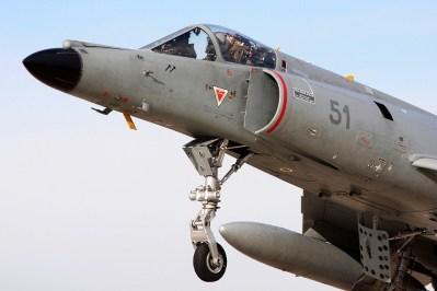 Acercamiento al cockpit del 51, uno de los cinco SEM-5 aparentemente elegidos por la Armada Argentina para re-equipar la EA32, en aproximación final a Nimes-Garons (Francia). Nótese las marcas de dos bombas de racimo, recuerdo de su paso por Afganistán (foto: Julien Bersheim @ Airliners.net).