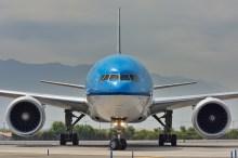 Un cara a cara con un 777 de KLM que aún mantiene la antigua librea de la compañía. Boeing 777-306(ER) PH-BVF (foto: Alexander Secul).