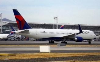 """Delta Airlines Boeing 767-332/ER N178DN esperando en rodaje """"Golf"""" para ingresar en puerta de embarque N° 19 de la terminal de pasajeros para finalizar el vuelo DL/DAL 147 proveniente de Atlanta (foto: Eduardo Cancino)."""