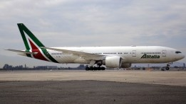 "Alitalia Boeing 777-2Q8/ER EI-FNI transitando por rodaje ""Lima"" para finalizar su vuelo AZ/AZA 688 proveniente de Roma/Fiumicino (foto: Eduardo Cancino)."