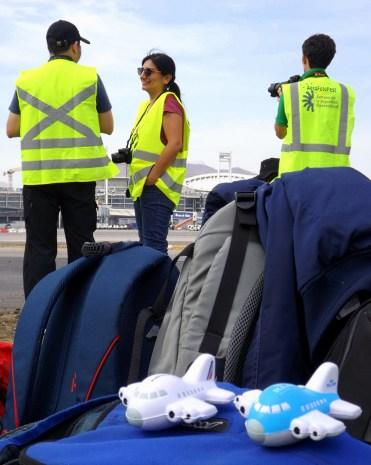 Los spotters Álvaro Romero (Chile), Paola Lecaros (Chile) y Rafael Reca (Argentina) y abajo los regalos de Air France – KLM Chile para los participantes del último Spotter Day Nuevo Pudahuel 2017 (foto: Eduardo Cancino).