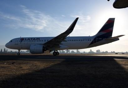 Uno de los primeros A320Neo de la flota de LATAM Chile, pronto a iniciar su vuelo de la mañana, rodando frente a los spotters (foto: Rafael Reca).