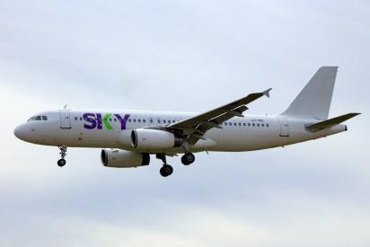 El LY-VEI, uno de los dos Airbus A320 que Sky Airline arrendó para el verano en esquema overall white con títulos de la pionera chilena del segmento low cost (foto: Carlos Ay).