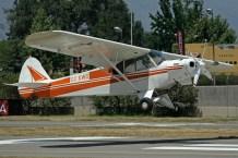 El Piper PA-18 CC-KWC (c/n 18-7488) aterrizando luego de una salida de remolque de competidores (foto: Carlos Ay).