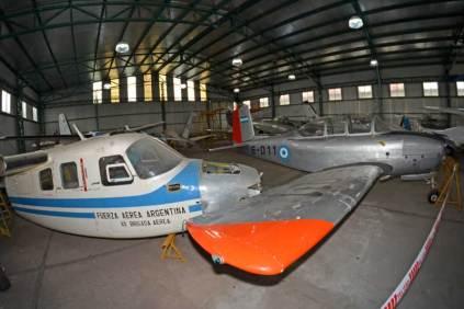Vista panorámica del hangar principal donde puede verse la disposición de aeronaves que dificultaba la toma de fotografías. (Foto: E. Brea)