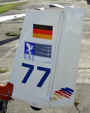 En el timón de dirección, el ASW 27 de Sebastian Nägel lucía la bandera alemana, el logotipo volovelista de la Federación Aeronáutica Internacional y el su número de competencia (foto: Carlos Ay).