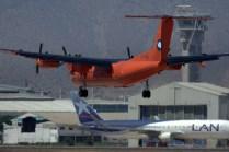 """Enmarcado por un Boeing 767 de LATAM Chile, la torre de control y los hangares de ENAER y Los Cedros FBO, el """"Fox Bravo Quebec"""" se muestra a segundos de tocar la pista 17L (foto: Carlos Ay)."""