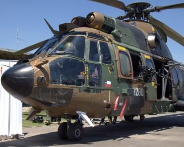 """El Eurocopter AS532AL """"Co. Huentelauquén"""" se mostraba artillador en sus dos flancos (foto: Carlos Ay)."""