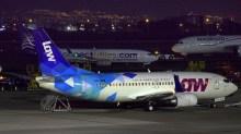 """Rodeado de """"hermanos Boeing"""" de Aeromexico y Copa, el CC-ARQ descansa en remoto después de su último vuelo del día, un VuelaLAW JMR201 a Lima (Perú) a fines de febrero de 2017 (foto: Carlos Ay)."""