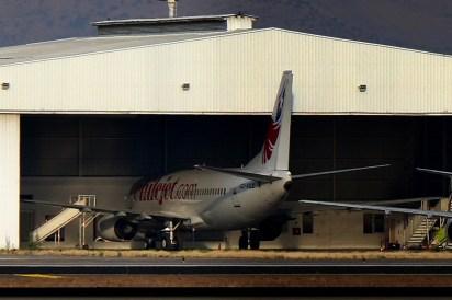 El CC-ADZ fue el primer 737 de LAW y comenzó sus operaciones en diciembre de 2015. Aquí lo vemos a inicios de ese mes dentro del hangar que pasaría a manos de la nueva empresa pero manteniendo el esquema de pintura de su operador anterior (foto: Carlos Ay).