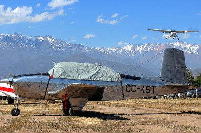 """Mentor with Skyhawk and mountain"": Beech A45 CC-KST with Cessna 172R CC-PJL on approach and the Andes on the background (photo: Carlos Ay)."