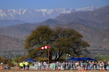 Public resting area, carob tree and wind sock with an impressive Andes cordillera background (photo: Carlos Ay).