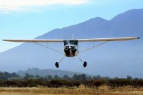 Low level One Forty: Cessna 140 CC-PGS bids farewell with a low-level pass (photo: Carlos Ay).