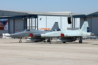 One of the first grateful surprises at FIDAE 2014 were these two Grupo de Aviación No.12's F-5 Tigre III, including one in the newest dark gray cammo (foto: Carlos Ay).