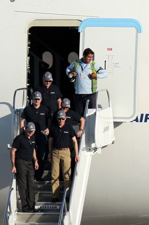Airbus A380 crewmember disembarking after landing in Chile (photo: Carlos Ay).