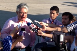 "Ostensibly exploiting his ""savoir faire"" for media interviews, Airbus Rafael Alonso talks to the press at the A380 arrival in Pudahuel (photo: Carlos Ay)."
