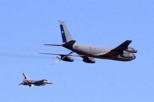 FACH KC-135E Stratotanker and F-16A Fighting Falcon simulating an in-flight refuelling mission (photo: Fernando Puppio).