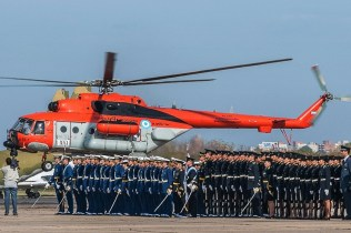 Air Force High School cadets and NCO School applicants attending the 2013 ceremony framed by a VII Air Brigade Mi-17 helicopter (photo: Santiago Cortelezzi).