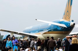 Public stares at Boeing's most advanced product and Vietnam Airlines elegant livery (photo: International Paris Air Show/Adrien Daste).
