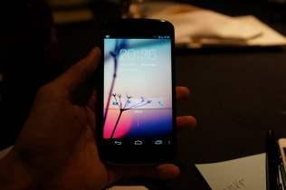 Telefon Google Nexus 4 de culoare alba (4)