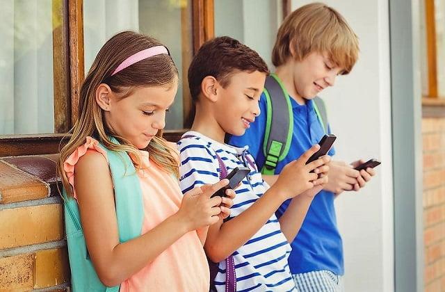 Franta interzice utilizarea smartphone