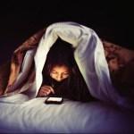 厚労省「寝床でスマホ使うのヤメロ。体壊すぞ」