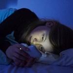 暗い部屋でベッドに寝転がりながらスマホ見てるやつ