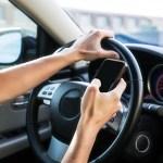 運転中のスマホいじり、13%の人が「やったことある」と回答
