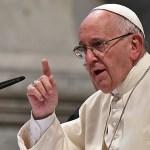 汝スマホを置きなさい!ローマ法王、ミサ中もスマホでパシャパシャ撮影する司教らを叱る