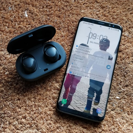 Samsung-Gear-IconX-2018-met-Galaxy-S8