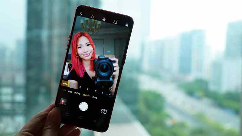 Taking a selfie with ai beauty mode on the OPPO R11s