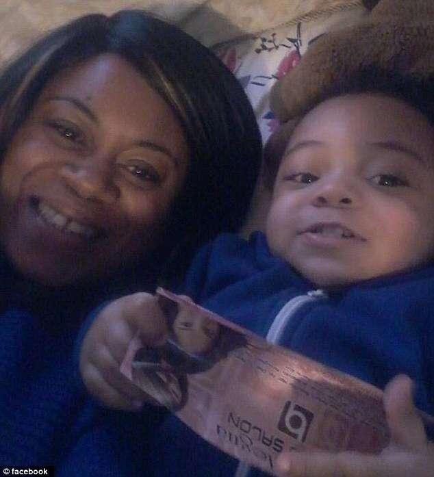 Mãe sufoca filho de 20 meses e a mata dentro de banheiro de restaurante