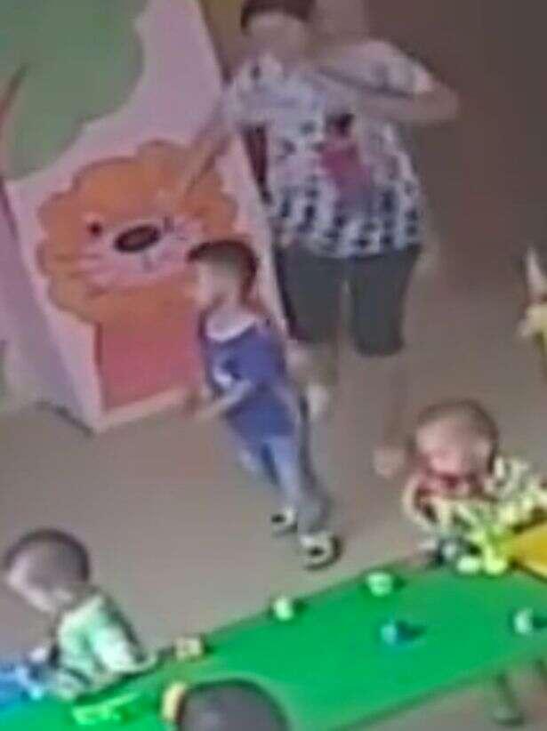 Professora de creche chuta covardemente criança de 3 anos antes dela pular pela janela