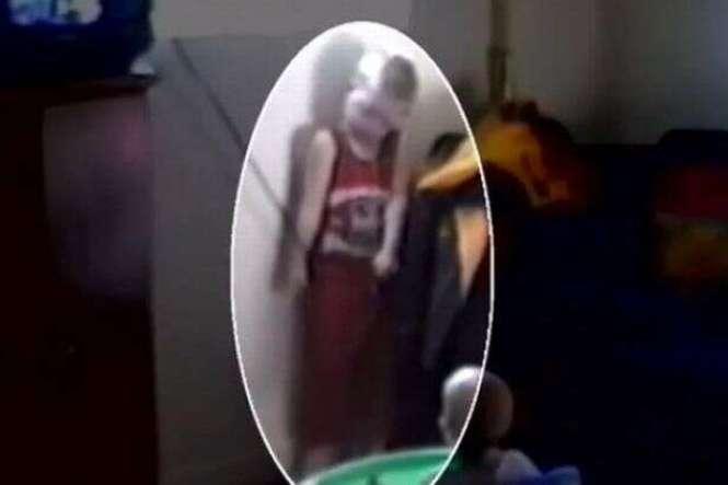 Mãe entra em pânico ao perceber filho enforcado com cordão de cortina enquanto filmava seu bebê
