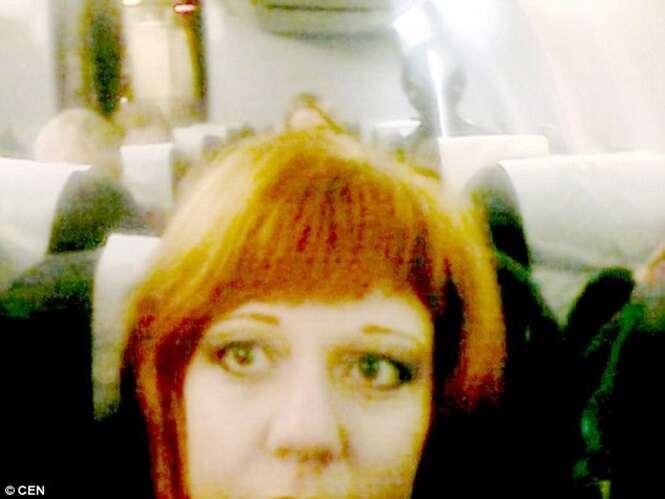 Mulher leva enorme susto ao postar selfie e perceber alienígena atrás dela