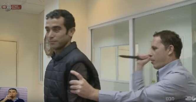 Repórter israelense é acidentalmente esfaqueado enquanto demonstra como funciona colete à prova de facadas