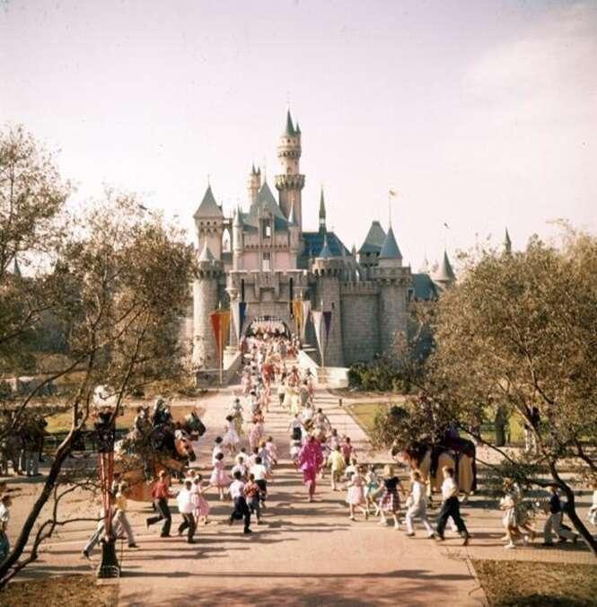 Fotos raras revelando a emoção na inauguração da Disneylândia em 1955