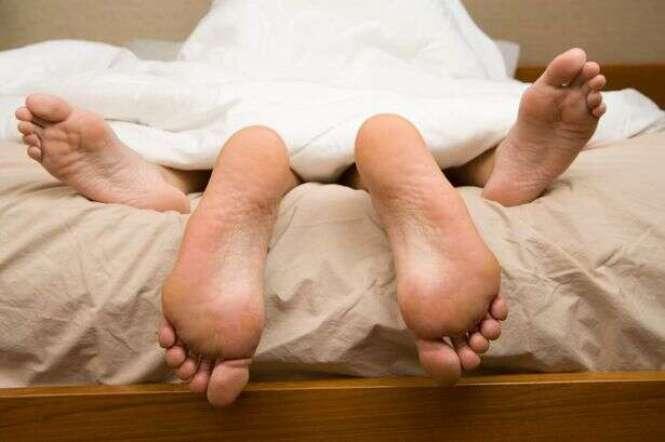 Vizinhos irritados com barulho que rapaz fazia em seu quarto durante o sexo resolvem o problema de forma criativa